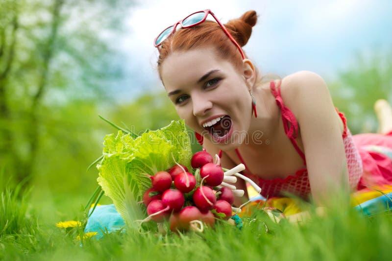 Mulher bonita com vegetais fotografia de stock royalty free