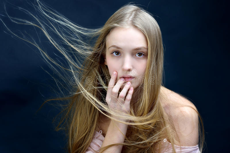 Mulher bonita com voo do cabelo longo fotos de stock