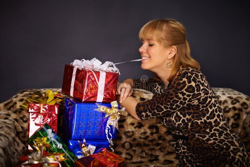 A mulher bonita começ muitos presentes fotos de stock