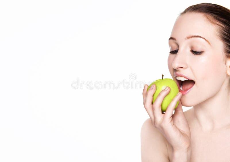 Mulher bonita da aptidão que come a maçã saudável imagem de stock
