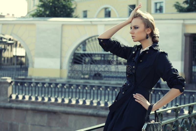 A mulher bonita da cidade tem o passeio em uma rua imagens de stock royalty free