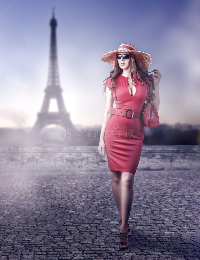Mulher bonita da fôrma em Paris, França fotografia de stock