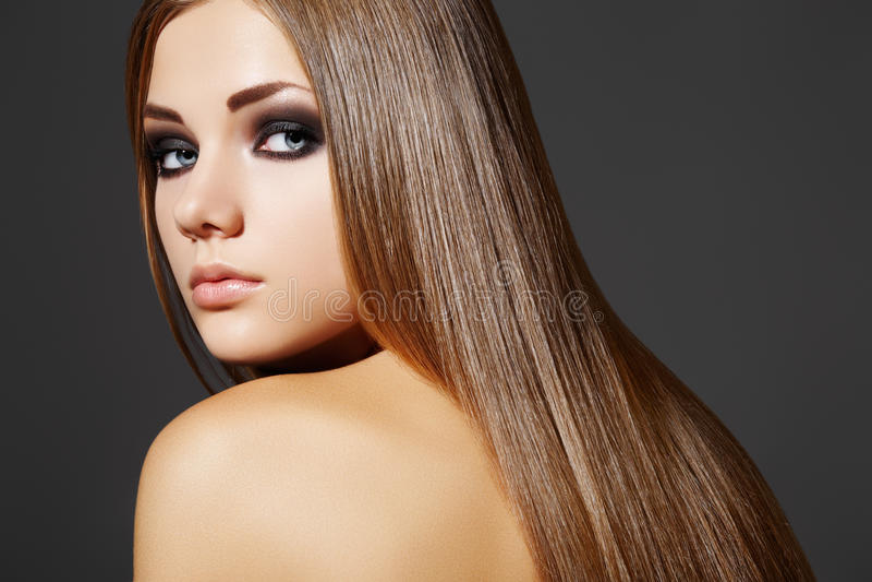 Mulher bonita da forma com cabelo reto longo imagem de stock
