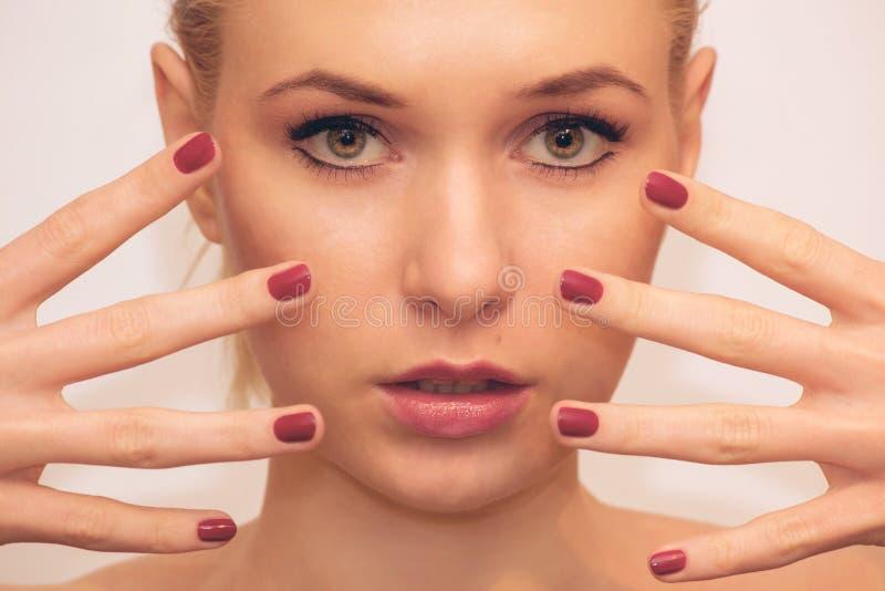 Mulher bonita da forma com pregos vermelhos fotos de stock royalty free