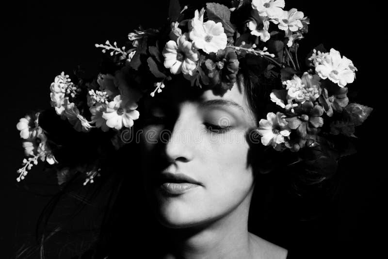 Mulher bonita da mulher sensual na coroa da flor foto de stock royalty free