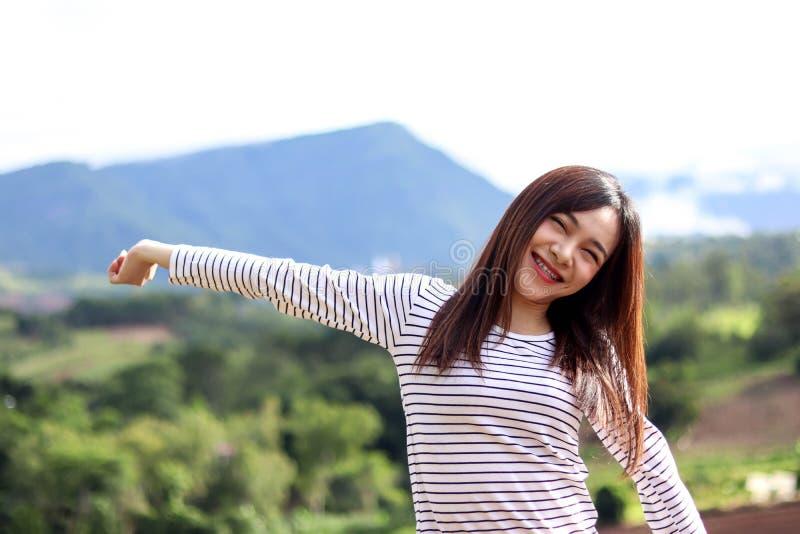 Mulher bonita de Ásia com a nuvem bonita do céu azul da montanha no inverno, no conceito do curso e do vocação imagem de stock