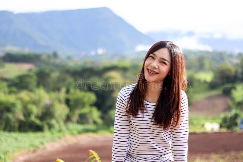 Mulher bonita de Ásia com a nuvem bonita do céu azul da montanha no inverno, no conceito do curso e do vocação fotos de stock royalty free