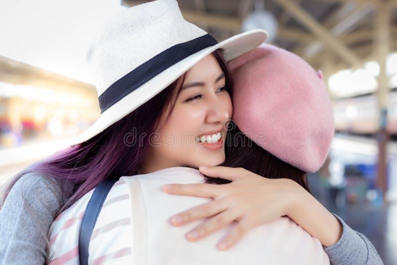 A mulher bonita de encantamento sente muito feliz quando encontra seu amigo ou primo fotos de stock