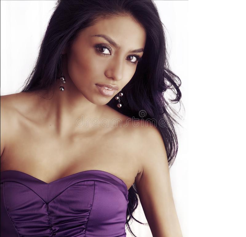 Mulher bonita de latina com cabelo longo fotografia de stock royalty free