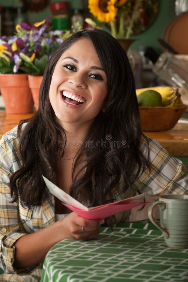 Mulher bonita de Latina com cartão engraçado fotos de stock royalty free