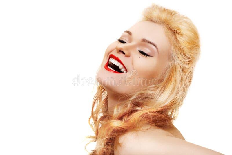Mulher bonita de riso com bordos vermelhos fotografia de stock