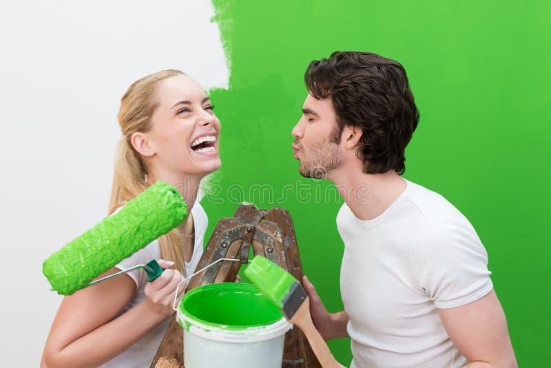 Mulher bonita de riso com um rolo de pintura fotos de stock