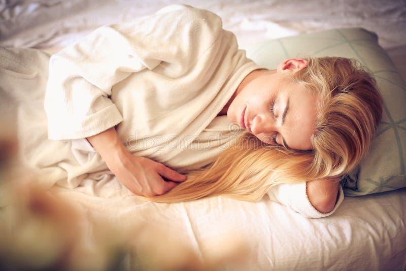 Mulher bonita de sono da Idade Média imagens de stock