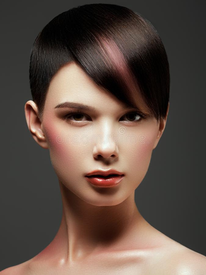 Mulher bonita de sorriso com cabelo curto de Brown haircut hairstyle franja Composi??o profissional imagem de stock