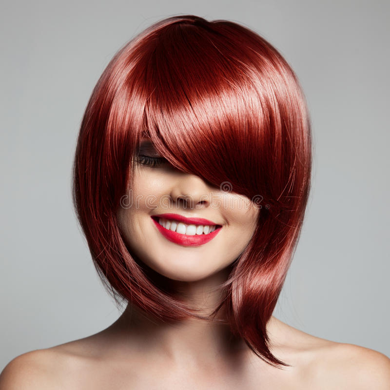 Mulher bonita de sorriso com cabelo curto vermelho haircut hairstyle foto de stock royalty free