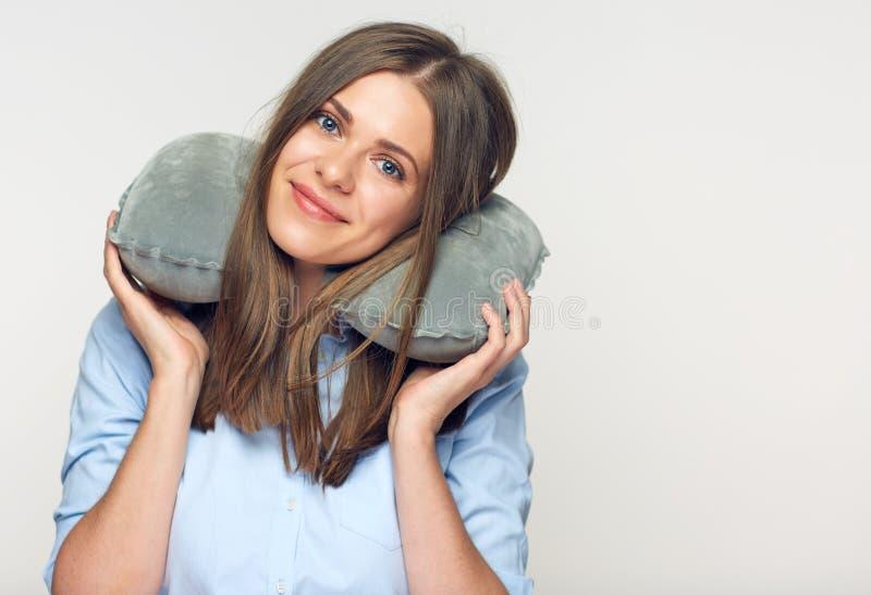 A mulher bonita de sorriso com curso descansa no pescoço fotografia de stock