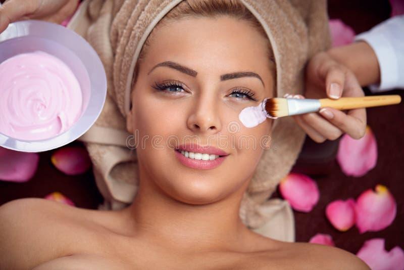 Mulher bonita de sorriso com máscara protectora foto de stock royalty free