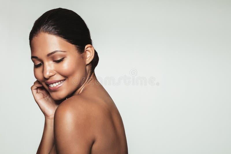 A mulher bonita de sorriso com saudável limpa a pele foto de stock royalty free