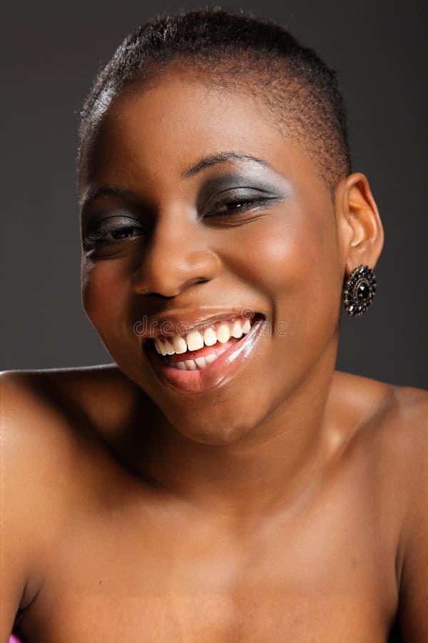 Mulher bonita de sorriso do americano africano do headshot fotos de stock