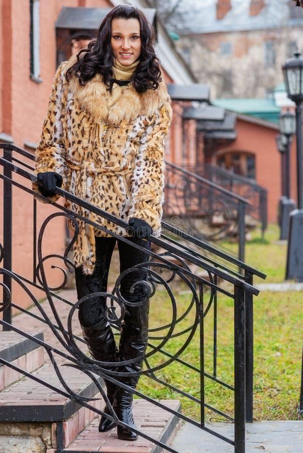 Mulher bonita de sorriso em um revestimento marrom fotos de stock royalty free