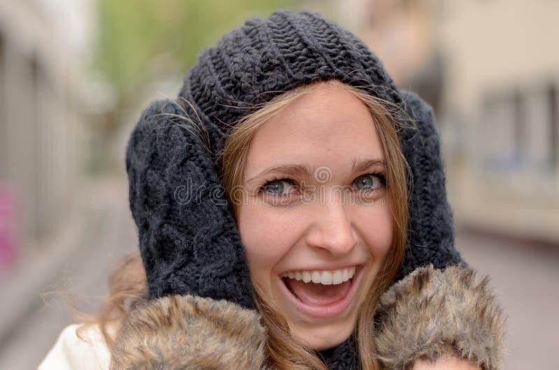 Mulher bonita de sorriso na forma do inverno fotografia de stock