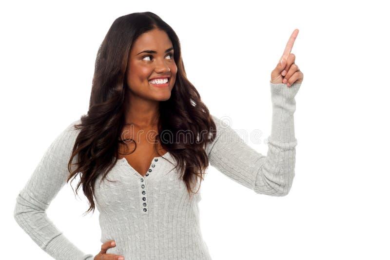 Mulher bonita de sorriso que aponta afastado imagens de stock