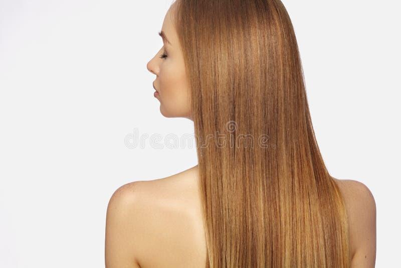 Mulher bonita de Yong com cabelo louro escuro por muito tempo reto Modelo de forma com penteado liso do brilho Tratamento de Kera imagens de stock royalty free