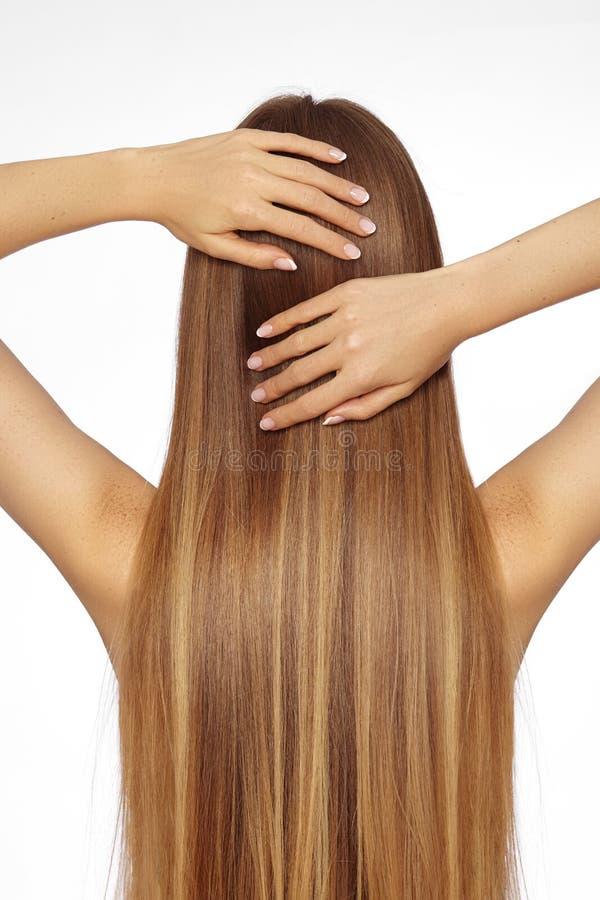 Mulher bonita de Yong com cabelo louro escuro por muito tempo reto Modelo de forma com penteado liso do brilho Tratamento de Kera fotos de stock royalty free