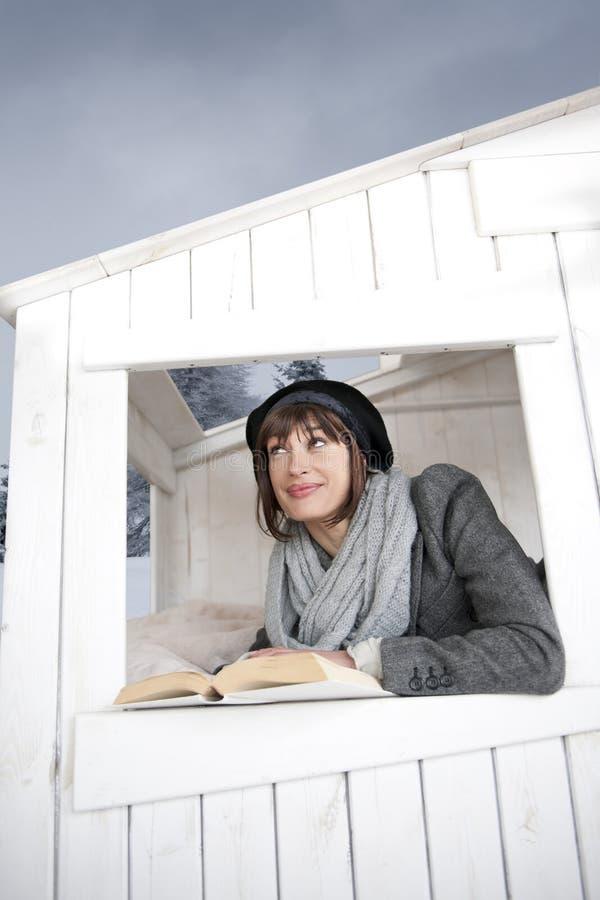 Mulher bonita dentro de uma casa de madeira de Litlle imagens de stock royalty free