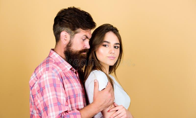 Mulher bonita do abraço do homem Afago farpado do moderno com menina moreno Sinta sua paixão Ofere?a o toque Pares sensuais no am fotos de stock royalty free