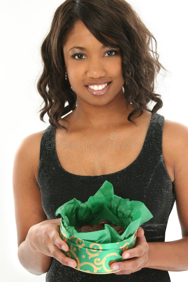 Mulher bonita do americano africano com a caixa da hortelã Cand do chocolate fotografia de stock