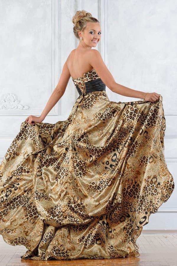 A mulher bonita do bonde no leopardo modelou o vestido longo. foto de stock