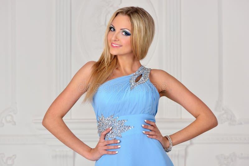 Mulher bonita do bonde no vestido azul. imagens de stock