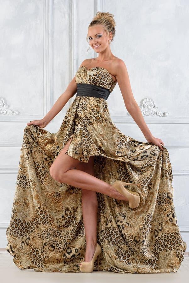 Mulher bonita do bonde no vestido longo. foto de stock royalty free