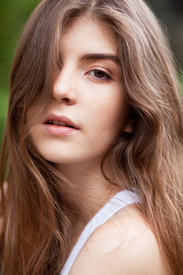 Mulher bonita do brunett imagem de stock royalty free
