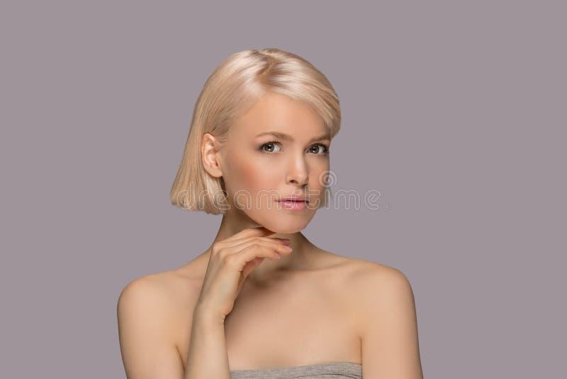 Mulher bonita do cabelo louro imagens de stock royalty free