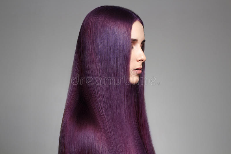Mulher bonita do cabelo roxo longo da coloração foto de stock