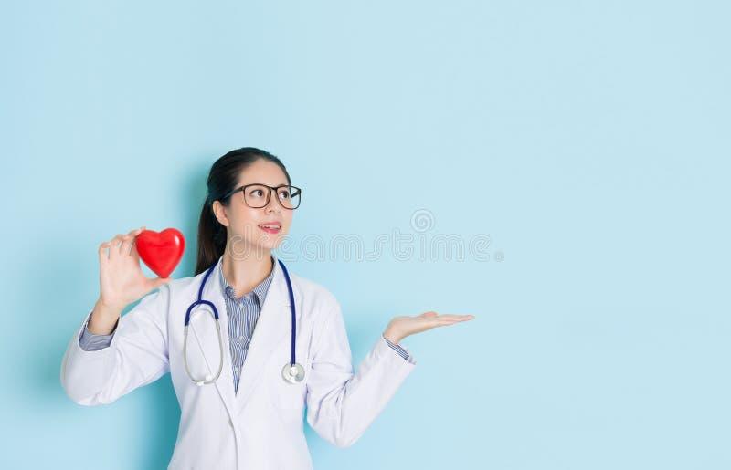 Mulher bonita do doutor que faz a apresentação do gesto imagens de stock royalty free