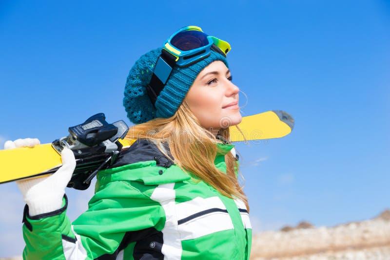 Mulher bonita do esquiador imagens de stock royalty free