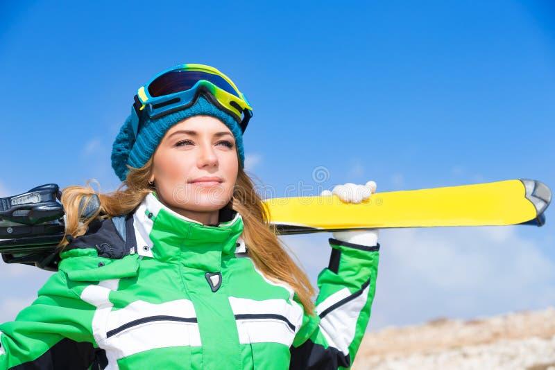 Mulher bonita do esquiador fotos de stock