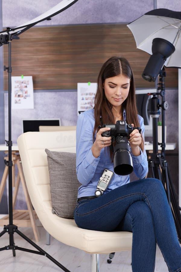 Mulher bonita do fotógrafo com câmera fotos de stock royalty free