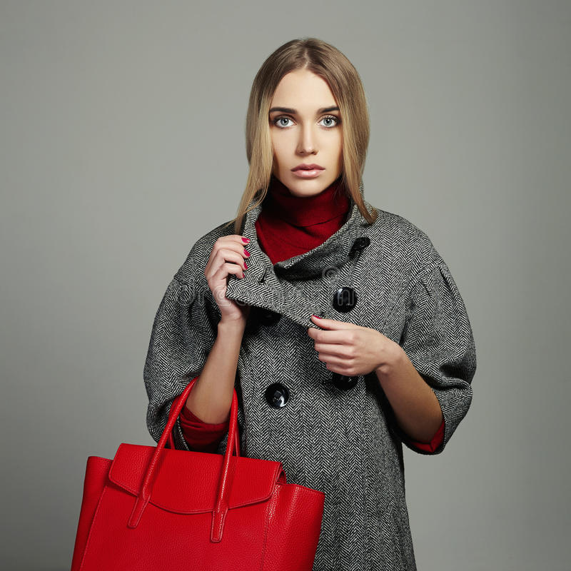 Mulher bonita do inverno com bolsa Menina da forma da beleza no sobretudo imagens de stock