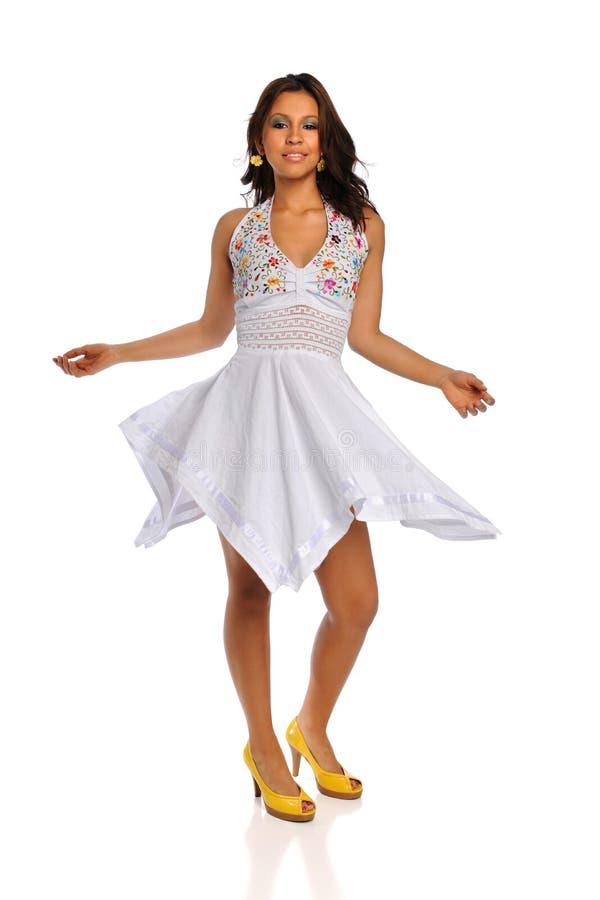 Mulher bonita do Latino com vestido branco fotografia de stock
