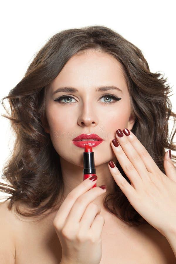 A mulher bonita do modelo de forma com os pregos manicured vermelhos, o batom e os bordos vermelhos compõem o retrato foto de stock