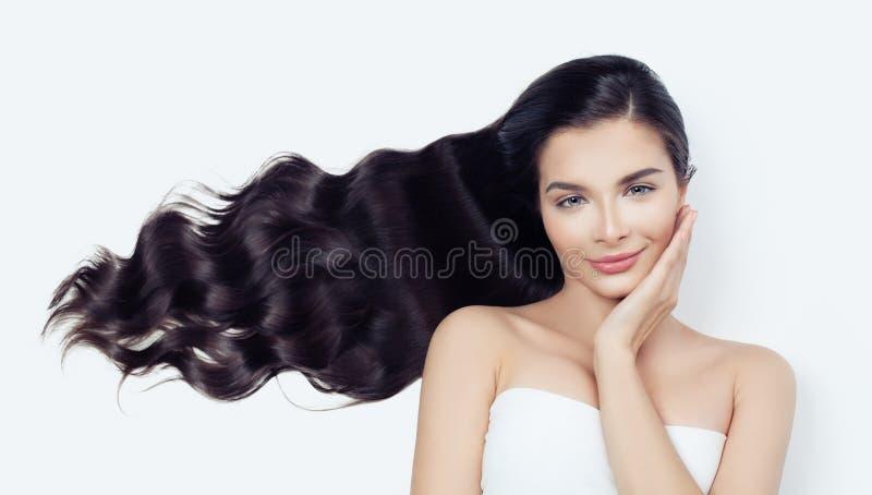 Mulher bonita do modelo de forma com sopro do cabelo ondulado na menina branca, moreno da beleza imagens de stock