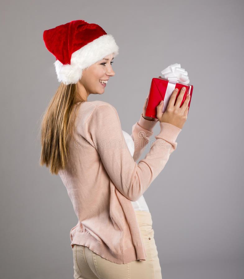 Mulher bonita do Natal com presente imagens de stock