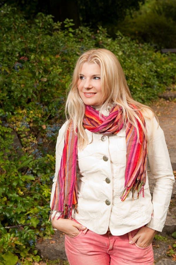 Mulher bonita do outono em uma floresta fotos de stock royalty free
