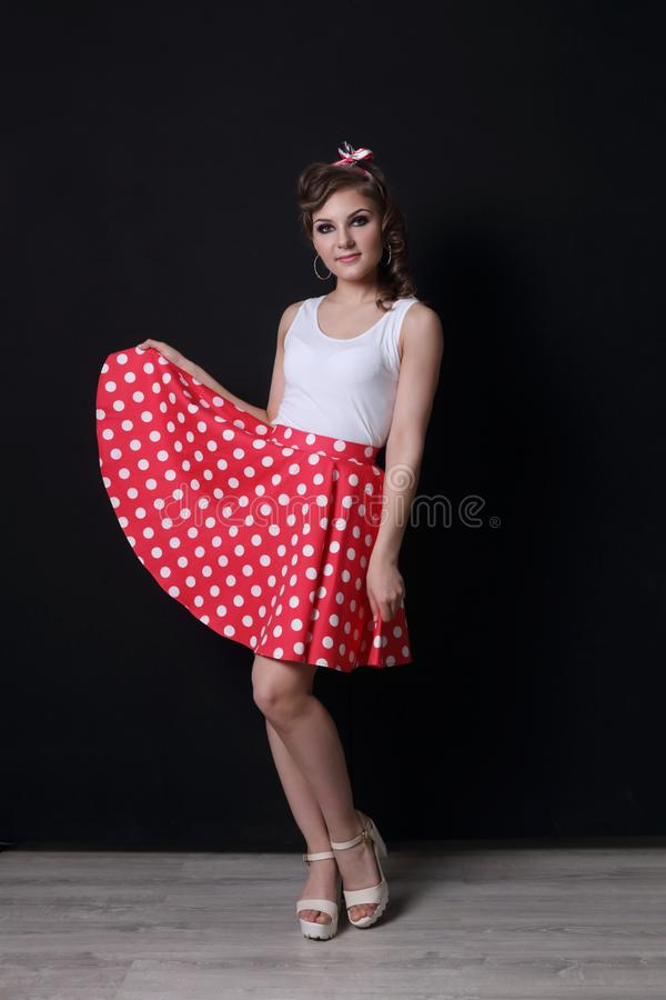 Mulher bonita do Pinup na saia vermelha fotos de stock