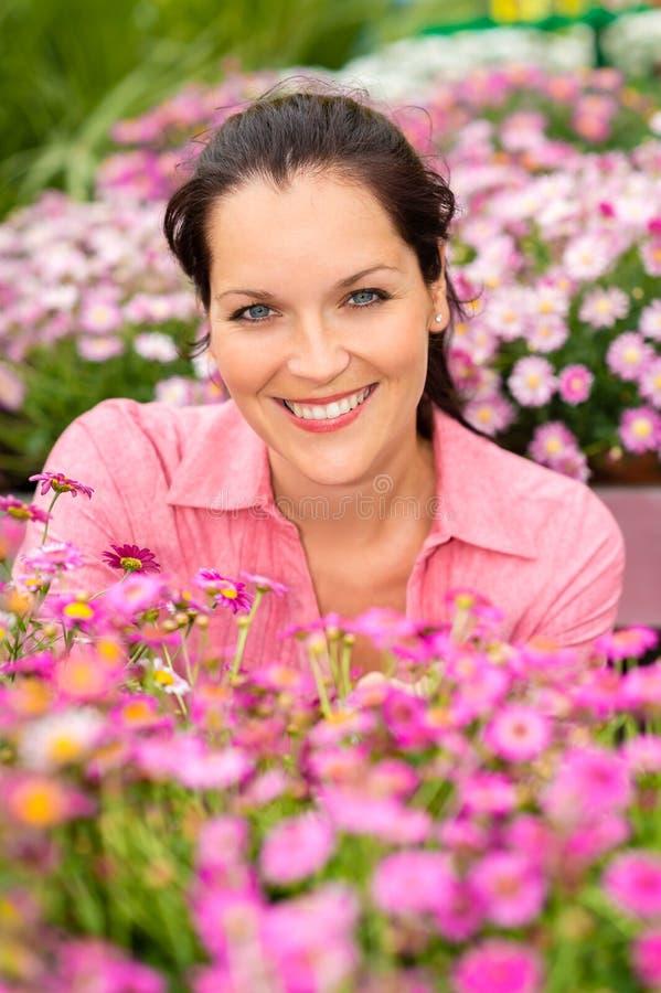 Mulher bonita do retrato com as flores roxas da margarida fotografia de stock royalty free