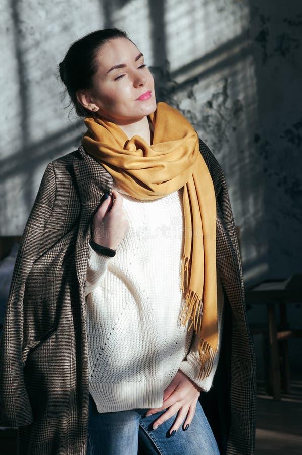 Mulher bonita do retrato do estilo da rua na roupa ocasional imagem de stock
